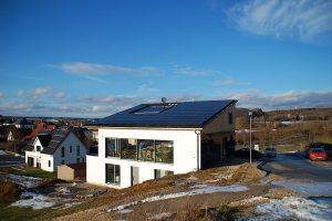 Haus mit solarstromanlage